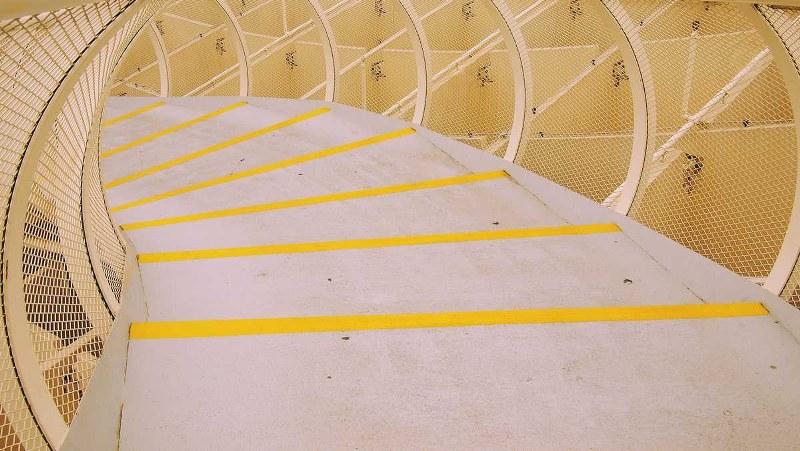 Come si vernicia un pavimento con una pittura antiscivolo